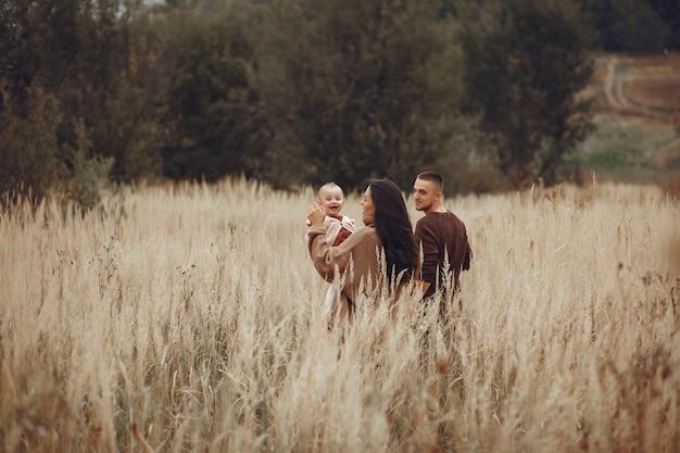 フィールドで遊ぶキュートでスタイリッシュな家族