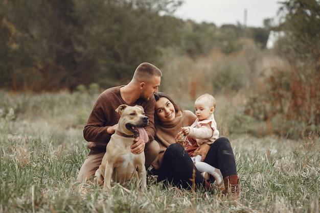 Милая и стильная семья играет в поле