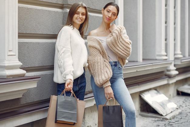 Милые девушки с корзиной в городе