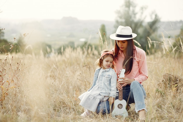 Мать с маленькой дочкой, играя в поле