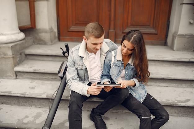 Красивая пара проводит время на улице