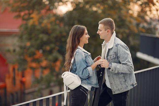 美しいカップルは通りで時間を過ごす