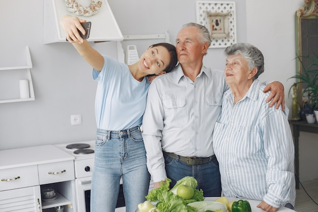 若い孫娘とキッチンで老夫婦