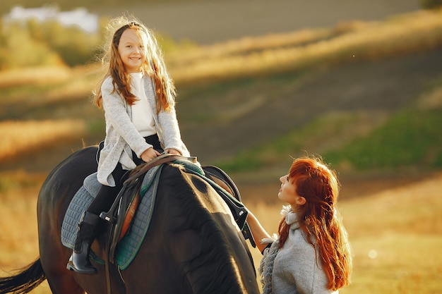 馬と遊ぶ分野で母と娘