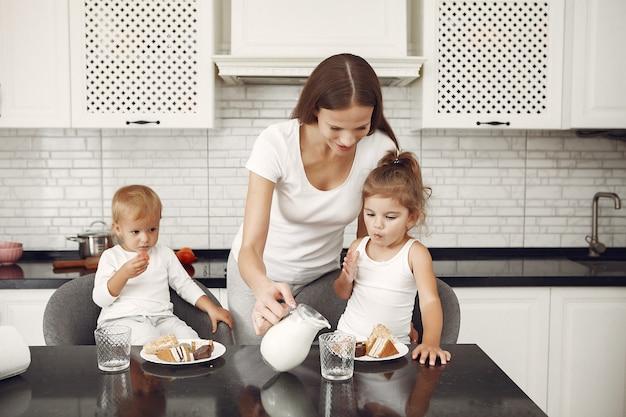 美しい家族がキッチンで時間を過ごす