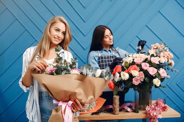 花屋はスタジオで美しい花束を作ります