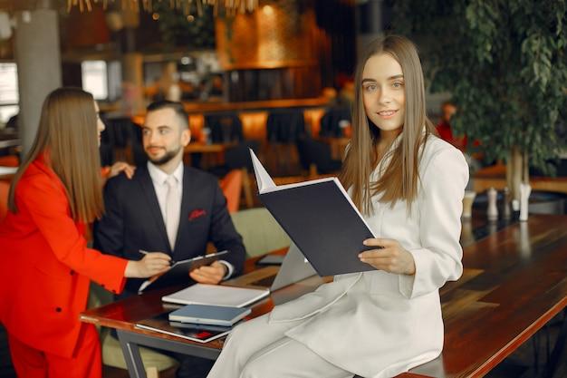 テーブルに座ってカフェで働くパートナー