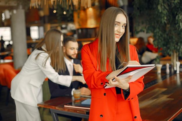 Партнеры сидят за столом и работают в кафе