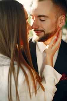 スーツを着たエレガントなカップルがカフェで時間を過ごす