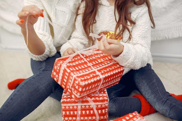 Мать с милой дочерью в рождественские украшения