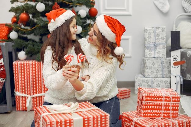 クリスマスの装飾でかわいい娘を持つ母