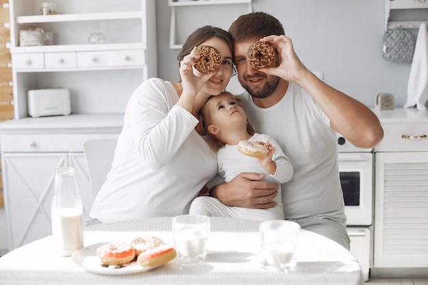 家族がキッチンに座って朝食をとる