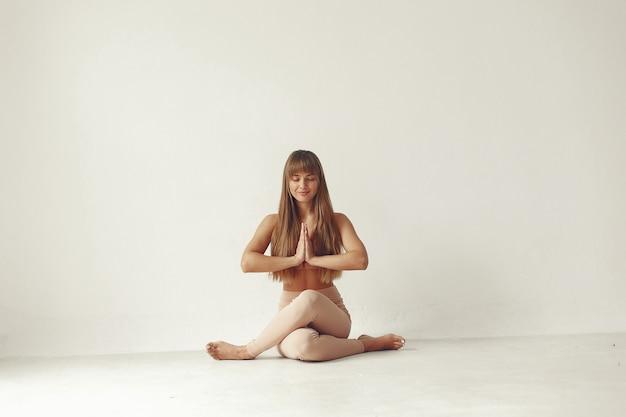 Красивая девушка занимается в студии йоги