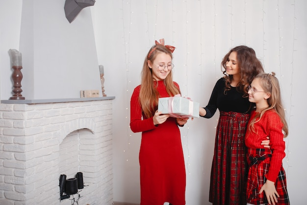 Милые сестры в милом платье дома