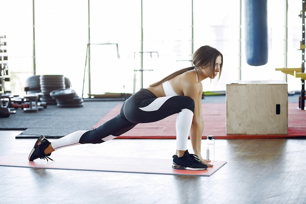 Спортивная тренировка женщины в утренней гимнастике