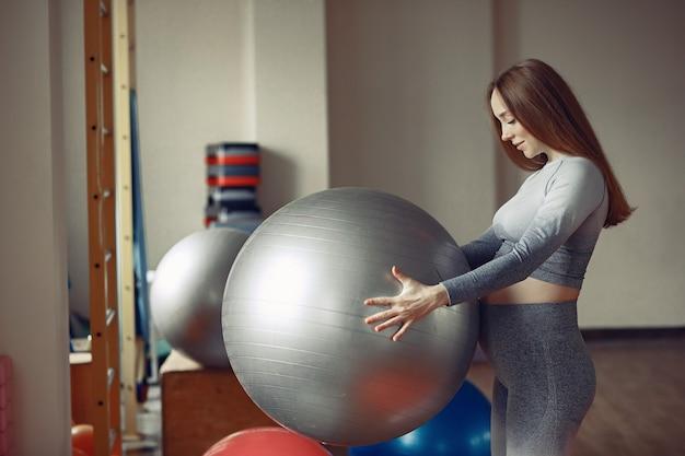Тренировка беременной женщины в спортзале