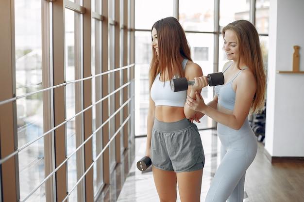 Спортивные девушки тренируются в утренней гимнастике