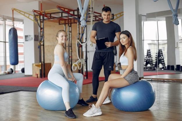 Молодые спортивные люди тренируются в утренней гимнастике