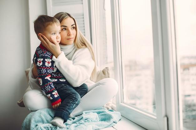 Мама и маленький сын развлекаются дома