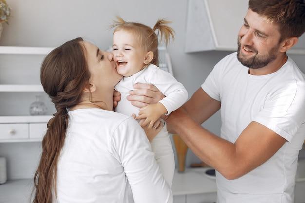 Семья с маленькой дочерью веселятся дома