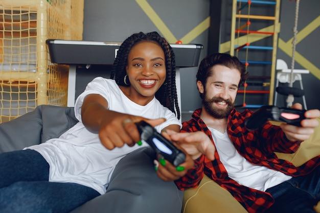 ビデオゲームをプレイする国際カップル