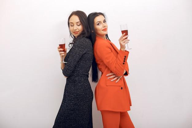 Элегантные девушки празднуют в студии
