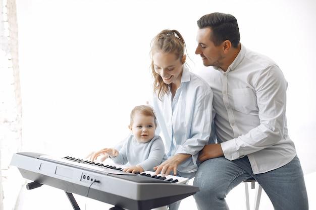美しい家族が音楽スタジオで時間を過ごす