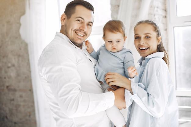 美しい家族は寝室で時間を過ごす