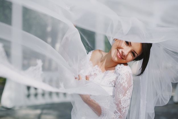 Невеста улыбается через завесу