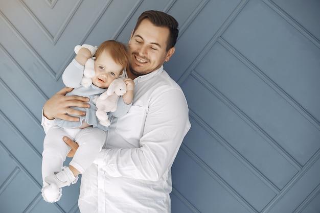 Отец и маленькая дочь развлекаются дома