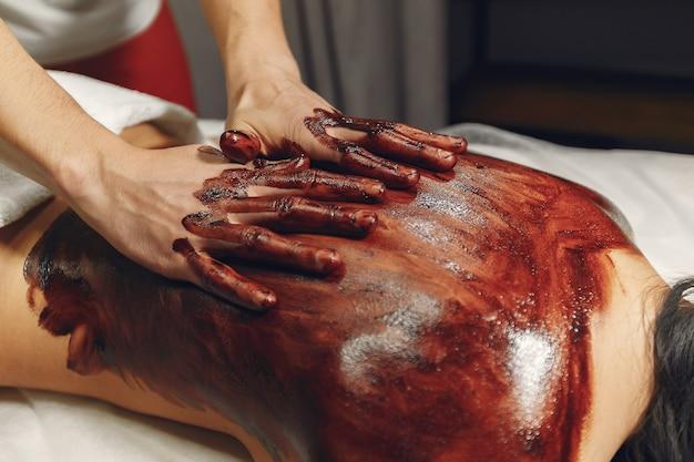 医者はチョコレートで女性をマッサージします