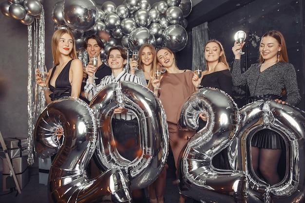 Люди празднуют новый год с большими шариками