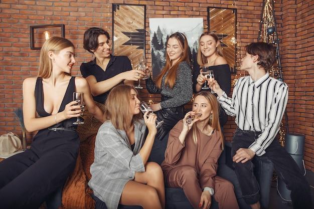 Люди празднуют новый год с шампанским