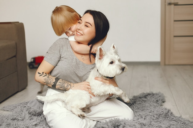 母と幼い息子の犬と一緒に家で楽しい