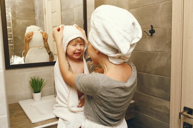 Мама учит маленького сына чистить зубы