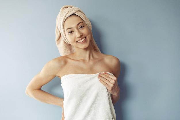 タオルに立っている美しい少女