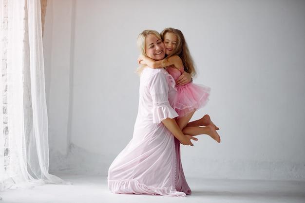 母と娘は家で楽しい時を過す