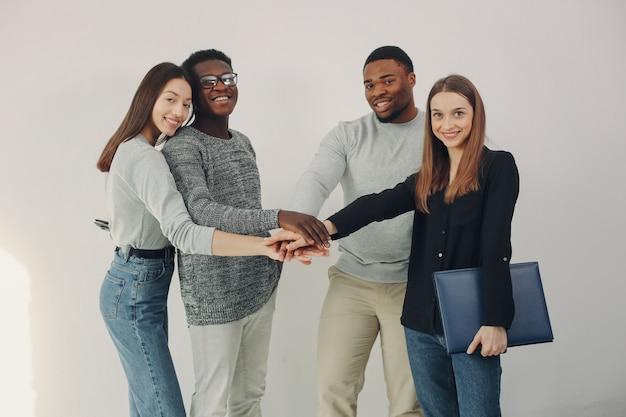 一緒に働いてラップトップを使う国際的な若者