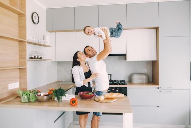 Семья готовит салат на кухне