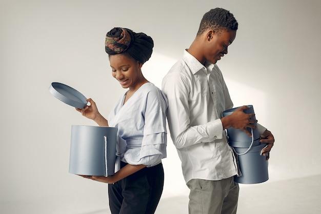 Черные люди с подарками