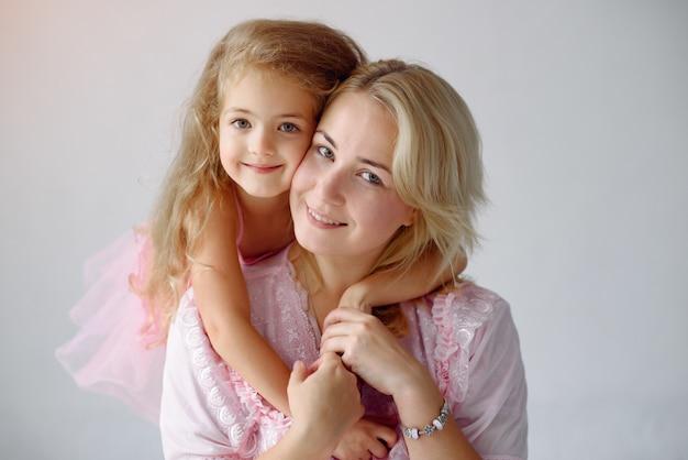 Мама и дочка развлекаются дома
