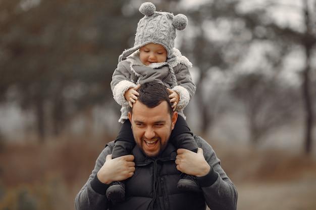 Отец с маленькой дочкой, играя в весеннем поле