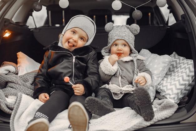 Милая маленькая девочка, играя в парке со своей сестрой