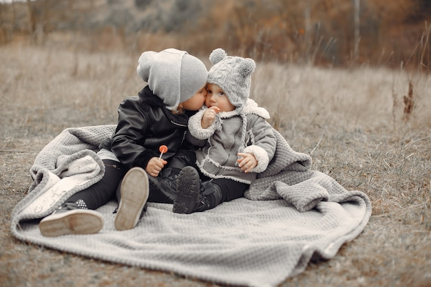 彼女の妹と公園で遊ぶかわいい女の子