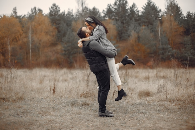 Красивая пара проводит время в весеннем поле