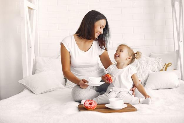母と娘は家で朝食をとる