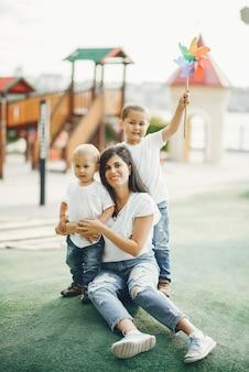 遊び場で小さな子供を持つ母