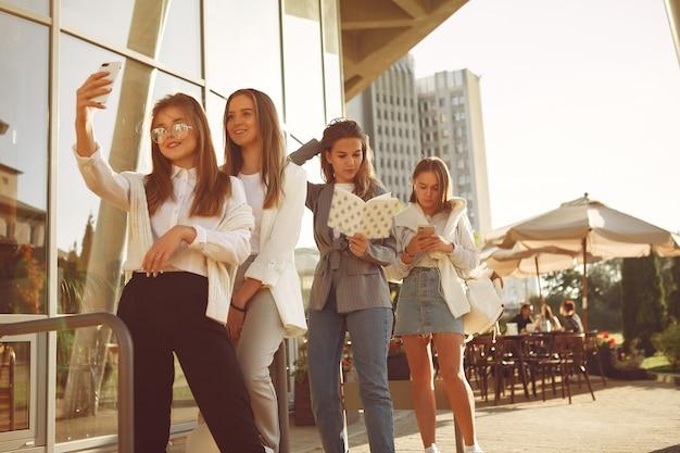 Четверо студентов в студенческом городке с тетрадями