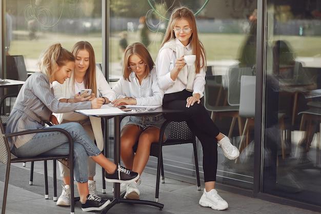 Четверо студентов в студенческом городке сидят за столом