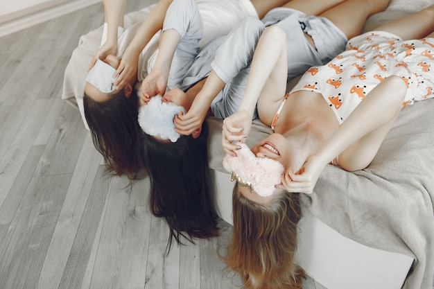 Три девушки устраивают пижамную вечеринку дома